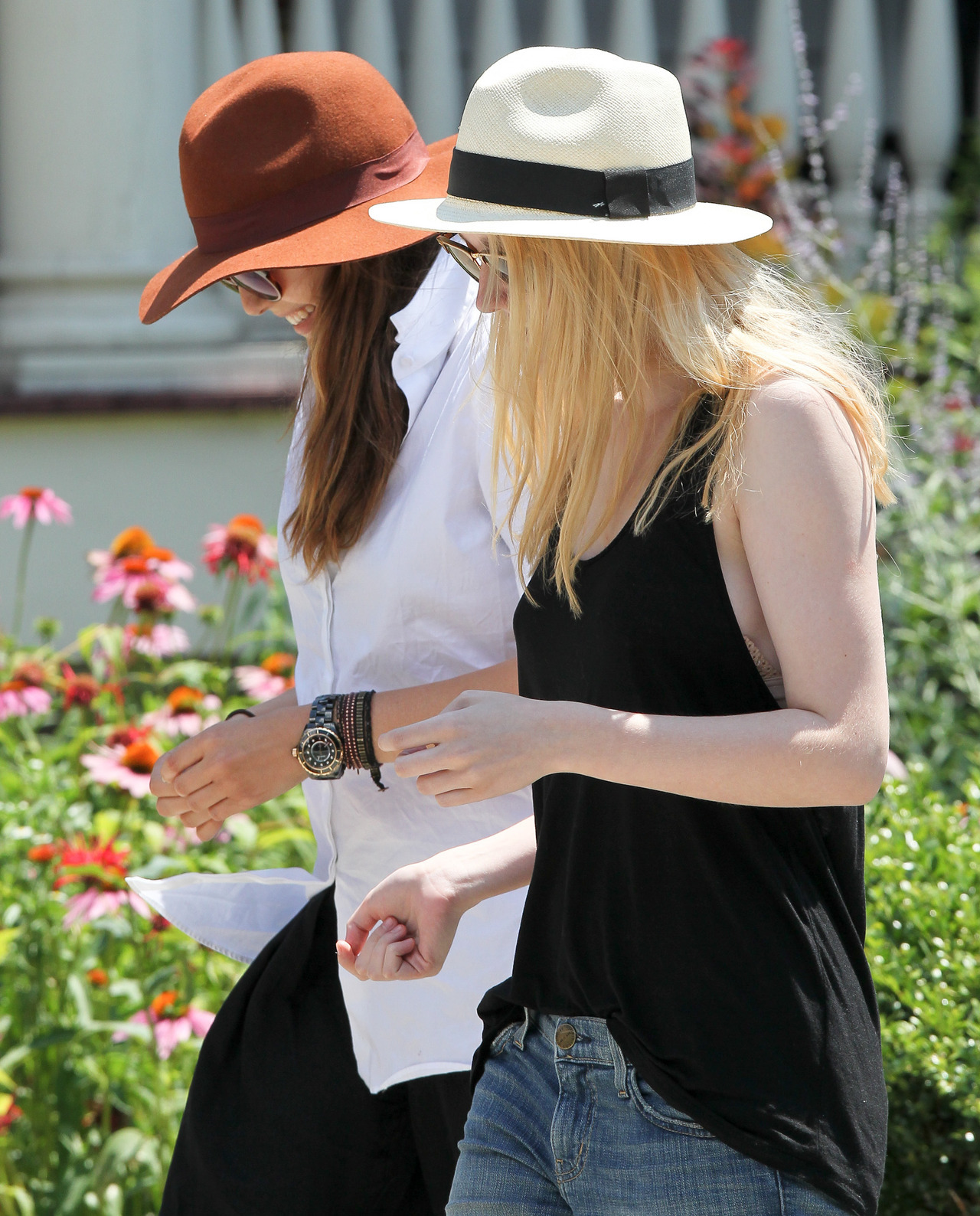 Elizabeth Olsen and Dakota Fanning on the set of Very Good Girls in NYC, July 10th These two are so wonderful to look at together.  Mebbekissher?