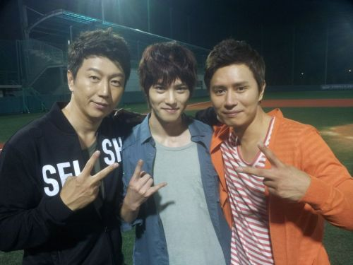 cnbjonghyun:  [Twitter|Photo] Taesan, Yoon and Collin ! @KimSooro: 윤과태산그리고 콜린! 생중계!ㅎㅎ  Trans: @KimSooro Yoon and Taesan together with Colin! Live! HaHa