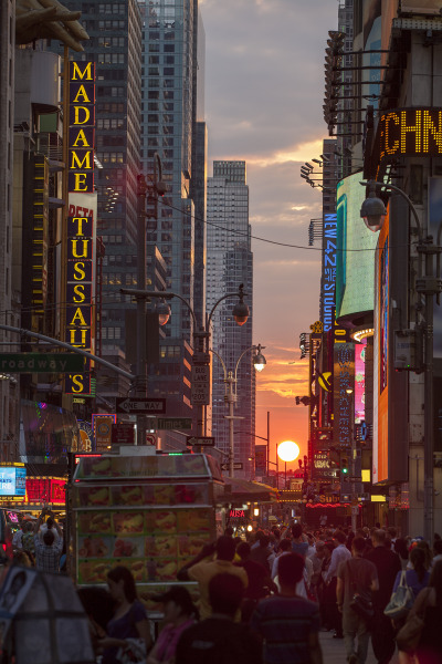 luckymag:  thehonkychateau:  Manhattanhenge 7/11/12 - NYC  oh hey there's our office kind of.