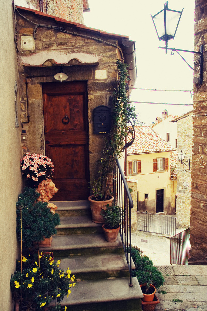 bluepueblo:  Entryway, Tuscany, Italy photo by pug