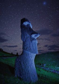 dewdropzgarden:  Starry Night Over Easter Island~Photograph by Randy Olson via