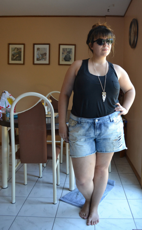 floralsandfrills:  Top - UniqloShorts - Forever 21 +Necklace - EvansIn other news, I have no idea what I was doing with my arm hahaha.