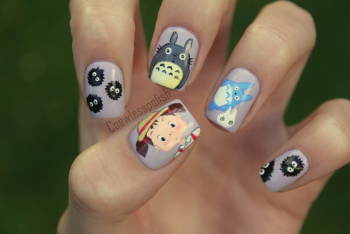 nailsbycoewless:  Totoro nail art on Flickr. I love these nails!! So proud of them! www.coewlesspolish.wordpress.com