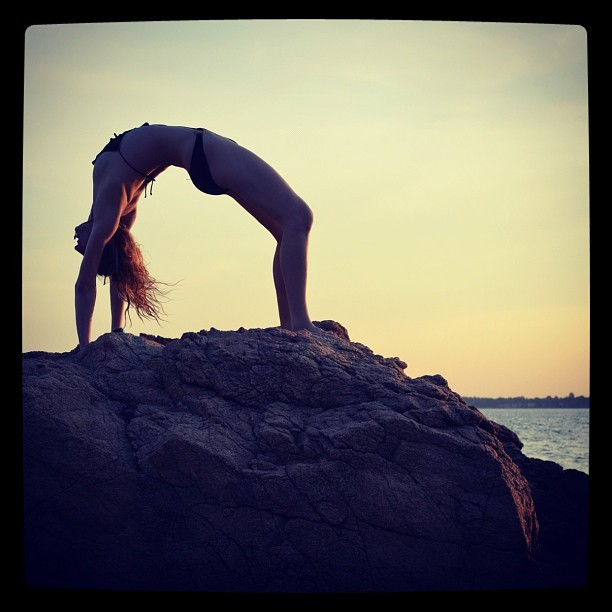 🌄 #beachyoga #sunset #chakraasana (Taken with Instagram at Lighthouse Point Park)