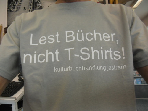 Lest Bücher, nicht T-Shirts! Read books, not T-Shirts!
