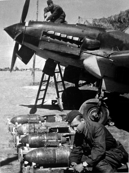 ppsh-41:  Soviet Sergeant preparing bombs to be loaded into an Il-2, May 1942.