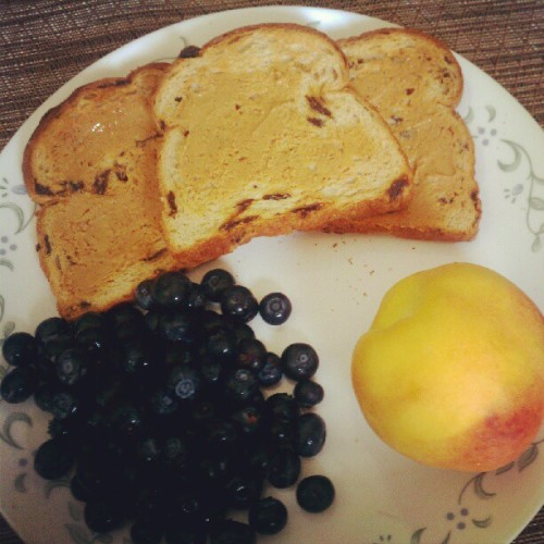 Another easy #breakfast to prepare: Three slices of raisin bread topped with PB with a side of blueberries and a peach. There's also almonds that aren't pictured. :) #Blueberries #Raisin #RaisinBread #PeanutButter #Peach #Fruit #Blueberry #Quick #Easy (Taken with Instagram)