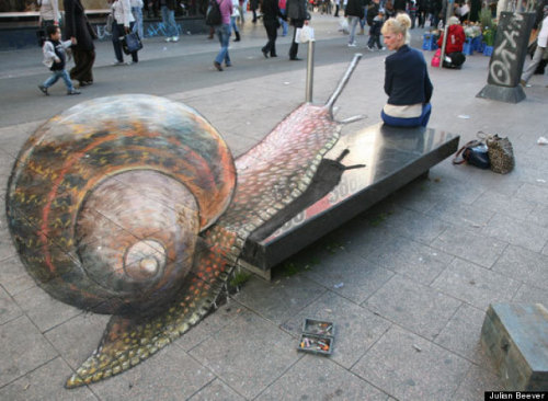 Street Artist Julian Beever Creates 3D Chalk Illusions (PHOTOS)  3Dカタツムリチョークアート。「ぬめっ」