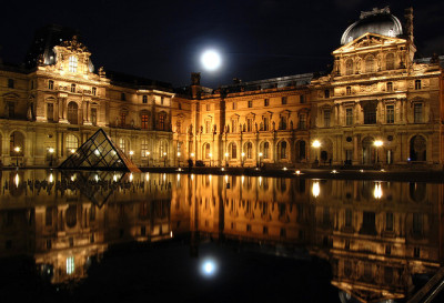 Le Louvre Nuit by blakesamic on Flickr.
