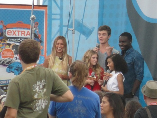 Willow Shields (Prim), Amandla Stenberg (Rue), Dayo Okeniyi (Thresh), & Jack Quaid (Marvel) of The Hunger Games being interviewed by Extra at Comic Con 2012. Page to Premiere Exclusive!