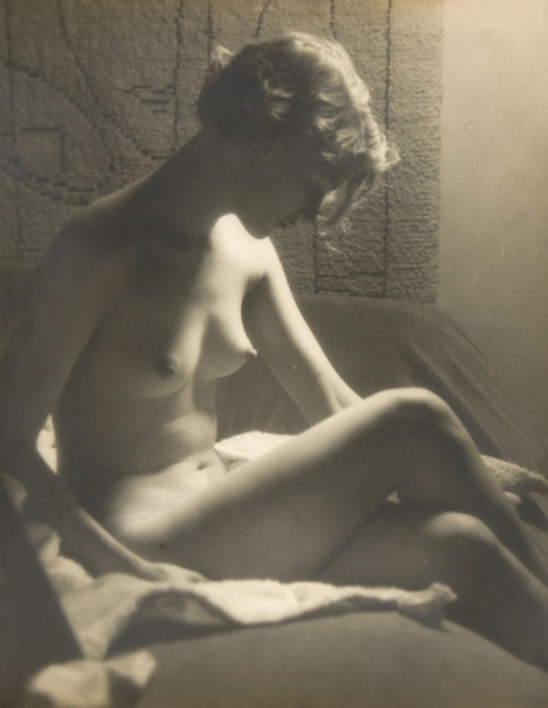 svell:  Man Ray, Lee Miller Nude with Sunray Lamp, 1929.