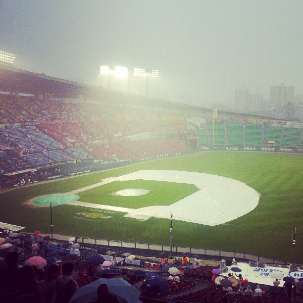 arazuef - waiting for the rain to stop at the lg twins game with @runawayasian #rain #seoul #lgtwins #chinchagram