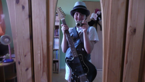 such a bad ass!!! muhaha!!! >:DDD i found a guitar, like Onci have… :333 i'm in love with myself ^^ how bad cain i be!!! >:DDD
