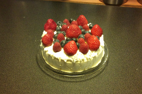 loke0:  Mini white chocolate terrine with cream and berries. I've never liked strawberries with cream..and I've never liked to eat strawberries just like that, like..without melted chocolate, but for some reason I really felt like making something like this.