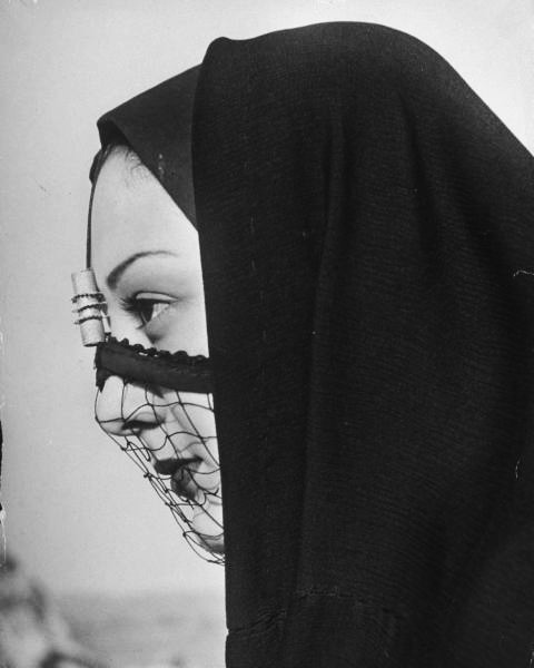 hollyhocksandtulips:  Woman in veil, Cairo, 1947 Photo by Eliot Elisofon