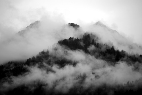 Fog around the mountain top (by Tobi_2008)