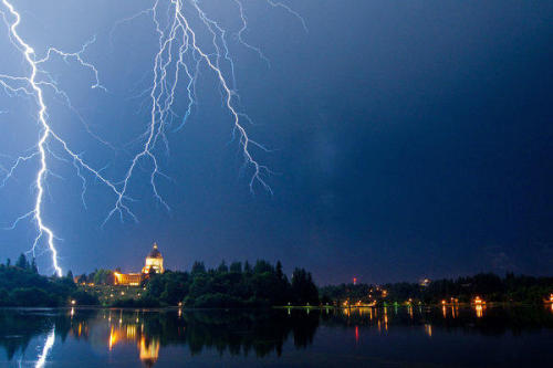 Super awesome lightning over the Olympia Capitol Building. (via Photo: Lightning strikes over the Capitol | Weather | Olympia News)