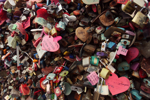 "couples write cute notes and ""lock their love"" forever Seoul Tower, South Korea"