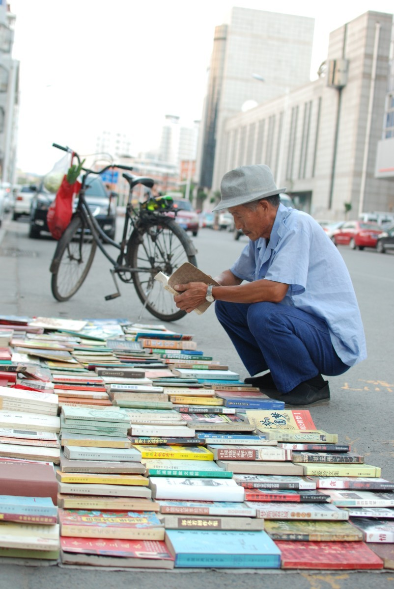 curioustravels: Books sold on the street of Zhangjiakou, China