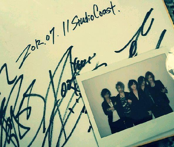 ohmygazette:  the GazettE Signature + Polaroid (credits: @venomous_omega )