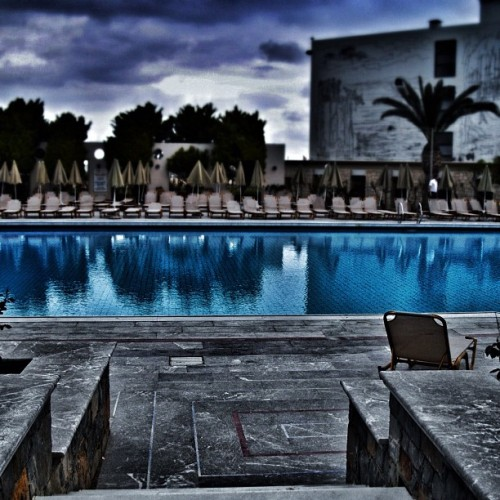 Dark waters #pool #blue #dark #igersfrance  (Pris avec Instagram)