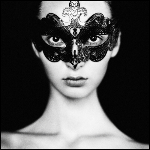 The masked girl Amazing portrait of a women with a beautiful mask. Photographed Russian photographer Aleksandra88. I love how much detail there is in the black, floral mask. Again Aleksandra88 shows that she likes to play with contrast in her photography. In this case a black and white contrast.