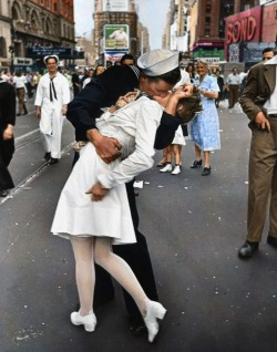 "kalories:  origami-dolls:  Famous Times Square Kiss in Color Black and white version of this photograph by Alfred Eisenstaedt. It was taken on V-J Day in Times Square and was published in Life magazine in 1945.Reddit user mygrapefruit colorized the photo using Photoshop CS 5 on a Wacom tablet. ""I found some vintage postcards of Times Square to figure out the color of the buildings and some signs,"" she said. ""The rest of the colors I guessed by using common sense.""  Well done to the editing of the colours!"