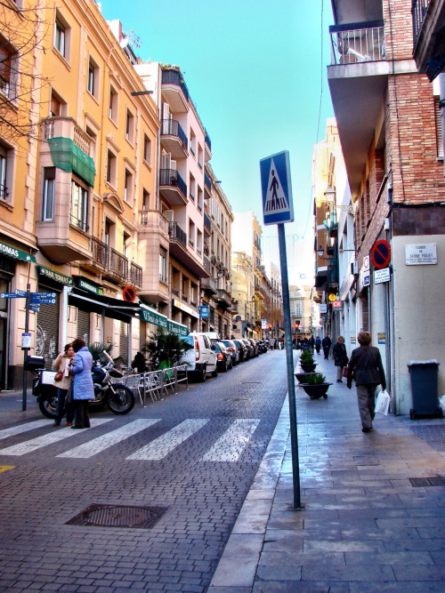 luisachen:  A neighborhood street in Sarrià. Couldn't hold back from taking a photo of the street. Rarely do you see this in LA.