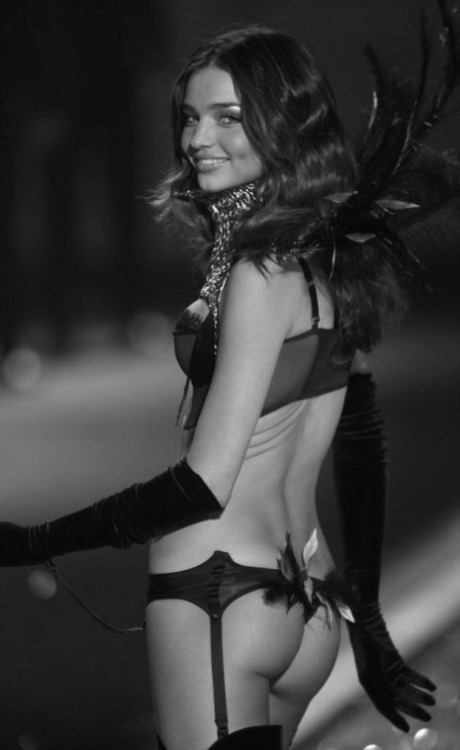 chanel-is-black-and-white:  Miranda Kerr