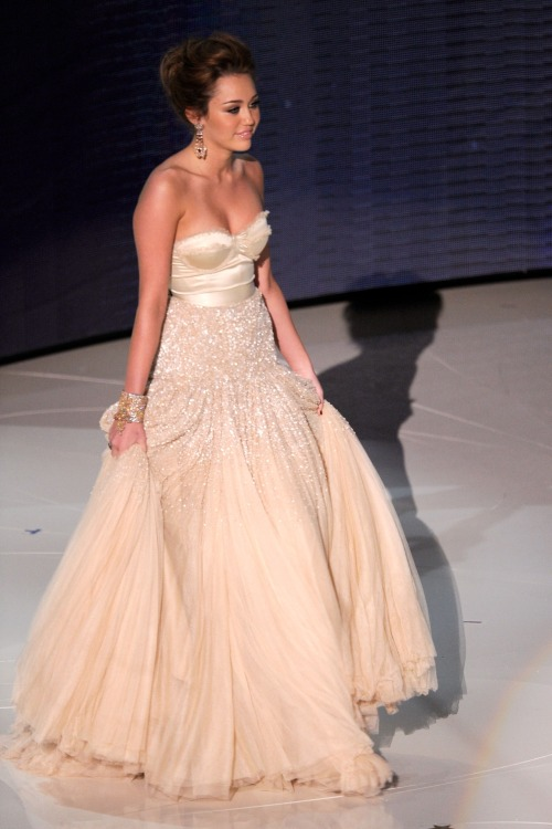 flyonvogue:  flyonvogue:  idkperfect:  her dress omg shes just fucking perfect like wow  x  ♡ follow me on instagram: omgiremx