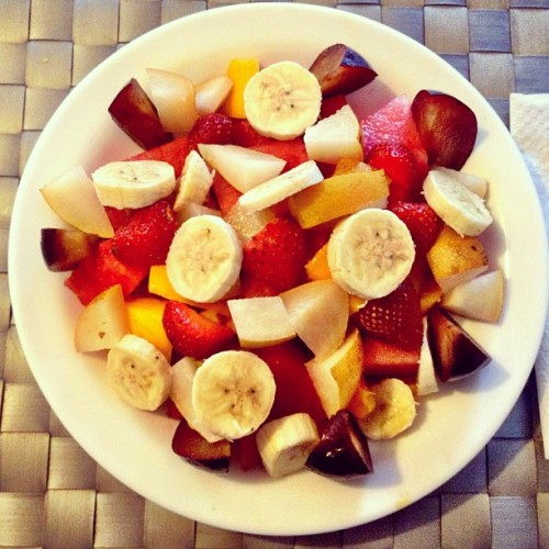 Detox week. #caracas #ccs #breakfast #fruits #banana #strawberry #watermelon #pear #plum #mango #nutrition #pineapple #foodporn #fruitporn #home (Scattata con Instagram)