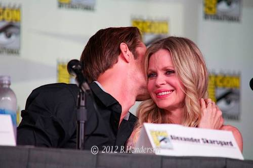Alexander & Kristin in a very sweet moment at Comic Con 2012 (thanks to Barbara @SkarsgardFans)