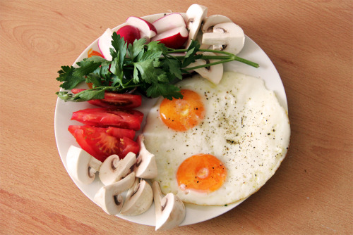 gaintheirjealousy:  Eggs with parsley, radish, tomato and mushrooms