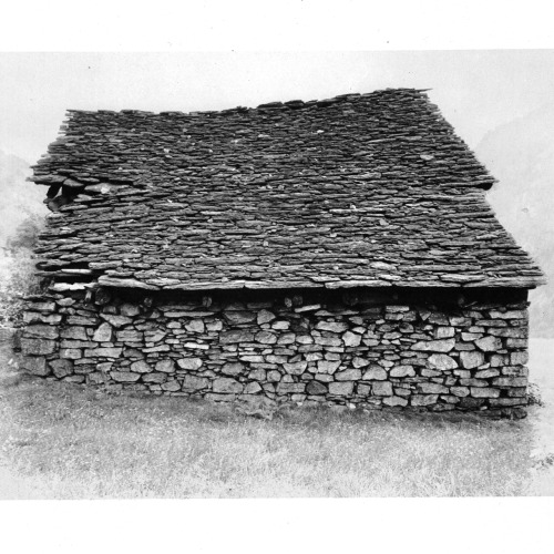 VERNACULAR STRUCTURES: SIMPLE STORAGE SHED BUILD FROM ROUGHLY HEWN ROCKS