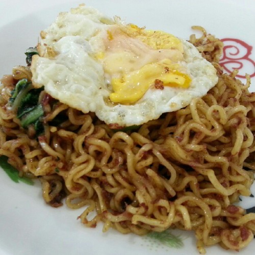 "First time trying the ""internet"" - fried indomie telur & corned beef. And mannn it's damn good! Only at iCrave Kopitiam at iCentre in Anggerek Desa. #indomie #noodles #awesome #lovefoodhatewaste #bruneifoodies #instabrudroid #nofilter  (Taken with Instagram)"