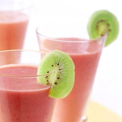 Strawberry banana smoothie with kiwi
