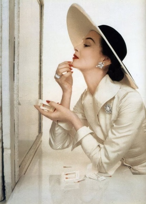 theniftyfifties:  Photo by John Rawlings for Vogue, 1954.