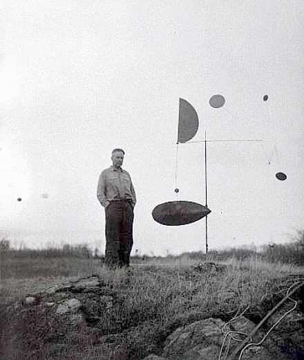 Calder with Steel Fish, Roxbury, 1934.アレクサンダー・カルダー(1898-1976)  Photograph by James Thrall Soby.