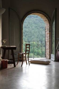 ilgalantuomo:  valscrapbook: design-related: A room with a view of Umbria. A lovingly renovated Castellaro, Italy, home. Photo courtesy Apartment Therapy.  Umbria. Viva Italia.