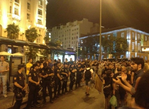 anarcho-queer:  Police in Spain take off their riot helmets and refuse to fight with protesters.