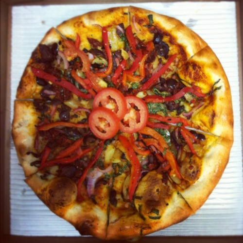 reblogged from myveganpizza:  MY GREEK PIZZA  OoooooooooMy holy pizza, I'll be eating this again for sure!  Would've been *perfect* if it was just a weebit more well-done on the bake.   Dewey's Greek Dressing (a scrumptious roasted red pepper vinaigrette) + whole roasted garlic + Kalamata olives + sundried tomatoes + fresh basil + roasted red peppers + dried oregano +  sliced tomato garnish