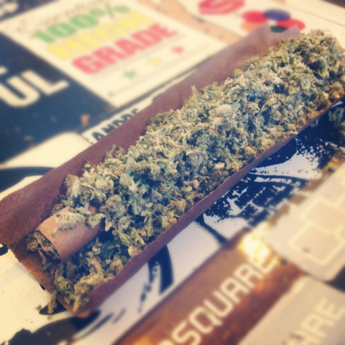 jamtastik:  tank-of-propaine:  Inception Blunt. Not easy to roll at all.  ive never done this, but id like to try.