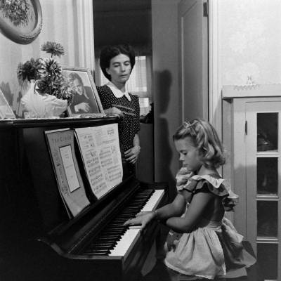firsttimeuser:  Natalie Wood and her mother at home, 1945 photo by Martha Holmes