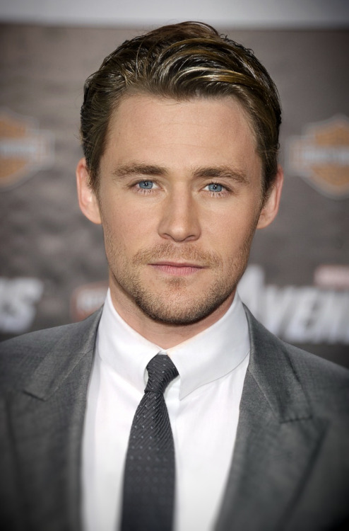 iwanteverythingtoomuch:  ITS A FACE MASH UP OF TOM HIDDLESTON AND CHRIS HEMSWORTH hELP +  I HAVE SEEN THE FACE OF GOD