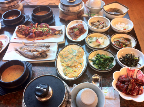 korealunchtimestory:  Special lunch of Icheon sweetest rice plus many kind and peaceful foods.  One of the best meals I've ever had :D I want to go back ^^