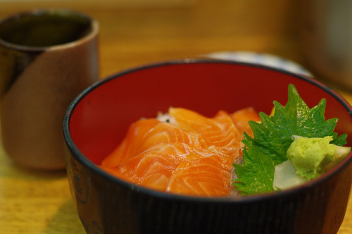 japanlove:  salmon rice bowl by Froschmann : かえるおとこ on Flickr.