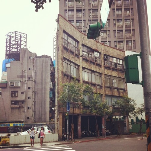 Is that a real building?! 😳😳😳 #building #city #taipei #taiwan #design # (Taken with Instagram)
