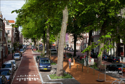 Palmgracht, Jordaan, Amsterdam Excellent shot of a liveable street! Narrow roads for slow speeds, clear corners for better vision, play spaces, trees… photo: Thomas Schlijper