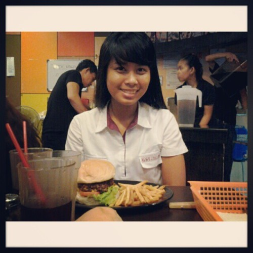 07.19.2012 1/2lb burger with @mushroomkaboom :D #2012 #photoblog #burger #foodblog #food #ija #mandy #design #sda #thesis #friends #blog #college #memories #;) (Taken with Instagram)