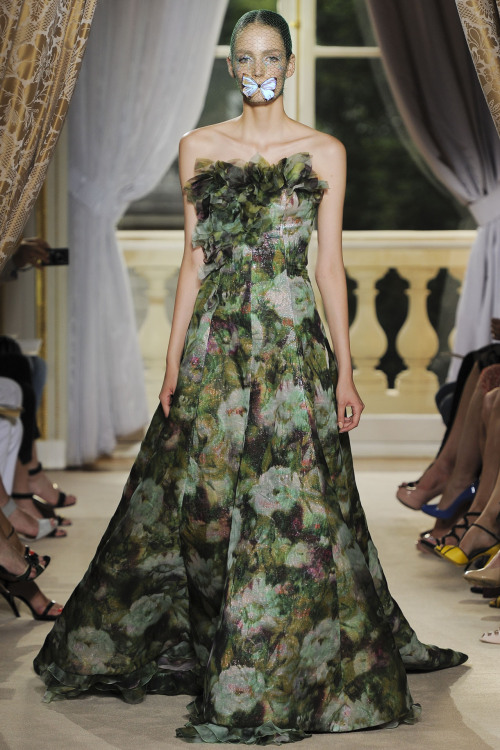 etre-extraordinaire:  fashion-ocd:  Giambattista Valli Haute Couture Fall 2012  Wow.